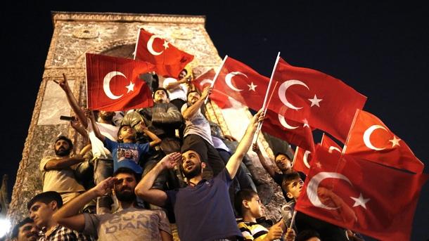 С един замах Ердоган ликвидира и опозиция, и бариери по пътя към едноличната власт