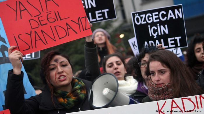 В Турция протестират срещу проектозакон, амнистиращ сексуалните насилници