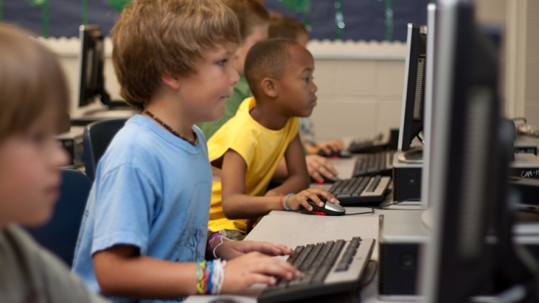 деца пред компютри