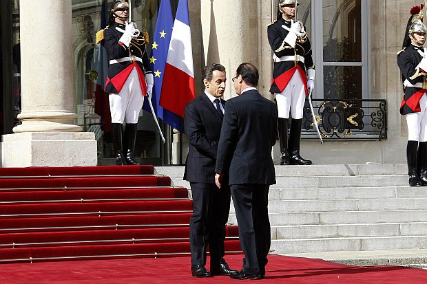 France's outgoing President Nicolas Sarkozy (L) shakes hands with newly-elected President Francois Hollande on the steps of the Elysee Palace at the handover ceremony in Paris May 15, 2012. REUTERS/Jacky Naegelen (FRANCE - Tags: POLITICS)