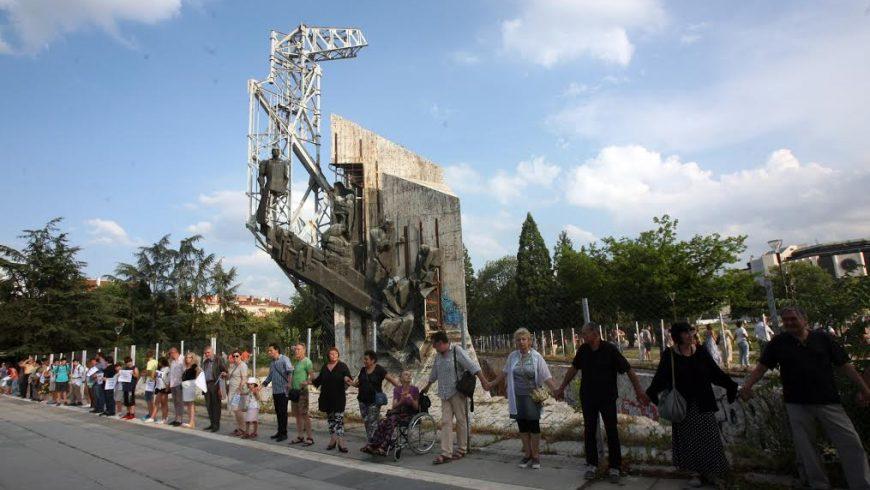 Протест срещу събаренято на паметника пред НДК