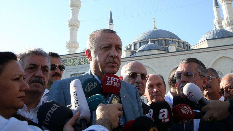 Ердоган припадна на молитва в Истанбул