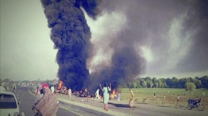 Цистерна избухва в Пакистан, 149 души са мъртви