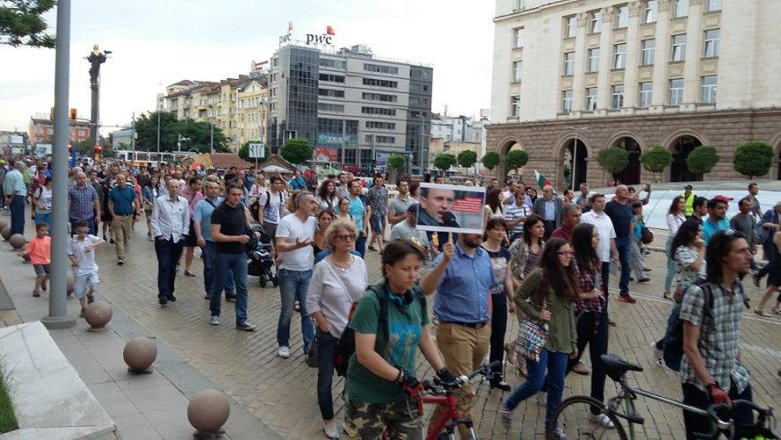 Хиляди поискаха оставката на Цацаров
