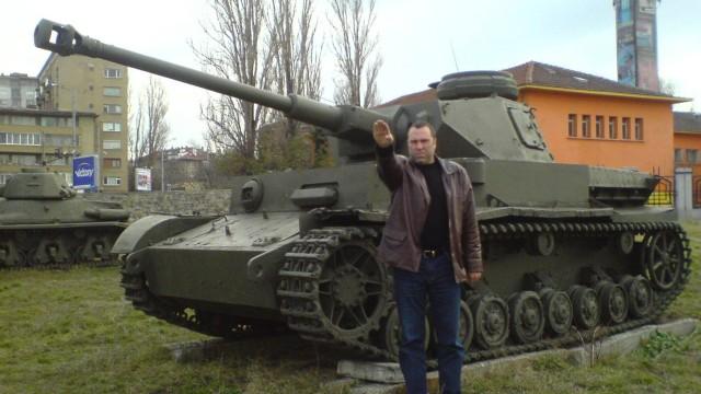 Антонов с нацисткия поздрав остава в МО