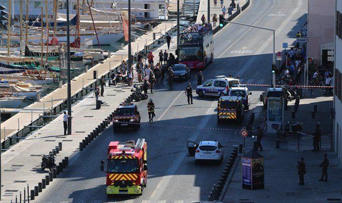 Кола връхлетя автобусна спирка в Марсилия