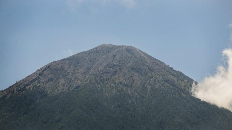 Външно предупреждава българите в Бали за вулкан