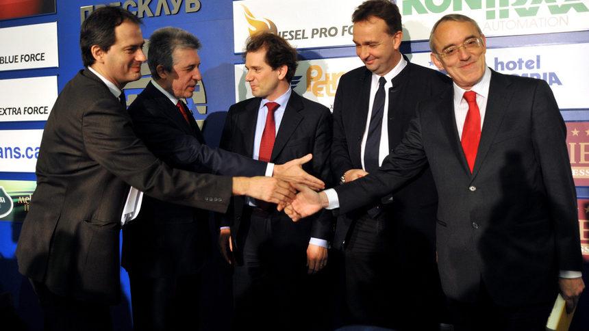 """Христо Грозев, Огнян Донев, Любомир Павлов, Карл Хабсбург и Даниел Рутц при подписването на сделката за покупката на """"24 часа"""" и """"Труд""""."""