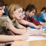 Близо половината места в университетите са незаети