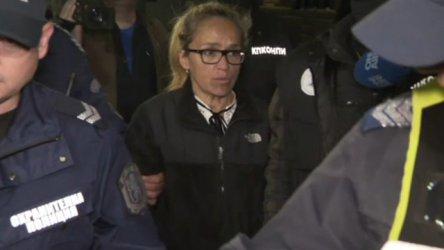 Граждани протестират срещу задържането на Иванчева