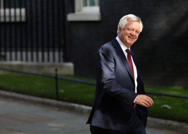 Британският министър за Брекзит напусна кабинета на Мей