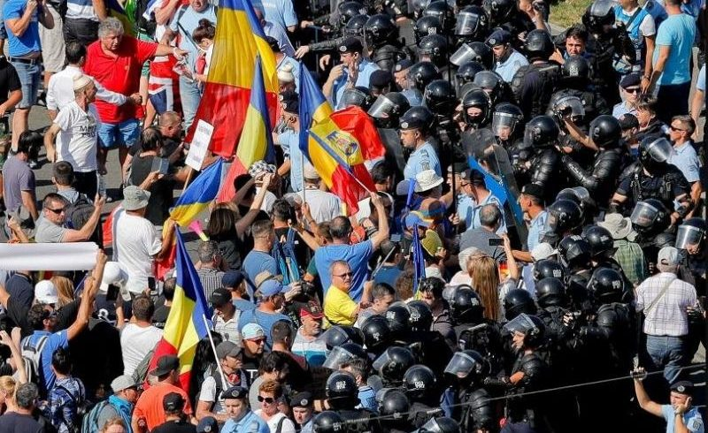 Масови протести и сблъсъци с полицията в Румъния