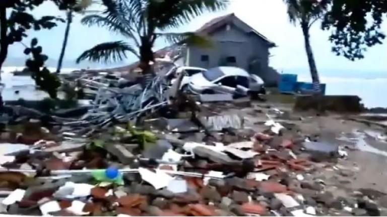 Цунами удари острови в Индонезия