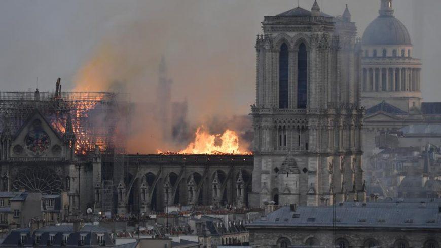 """Макрон: Пожарът в """"Нотр Дам"""" ще продължи с дни"""