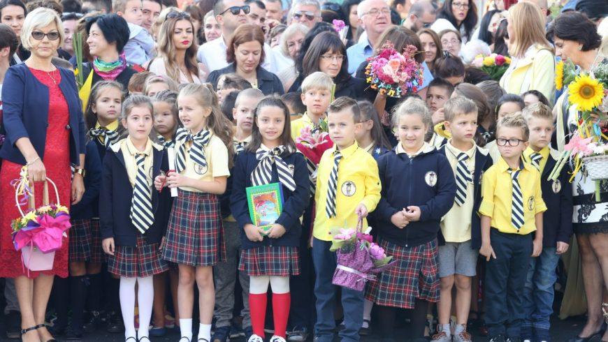 60 000 първокласници влизат в училищата