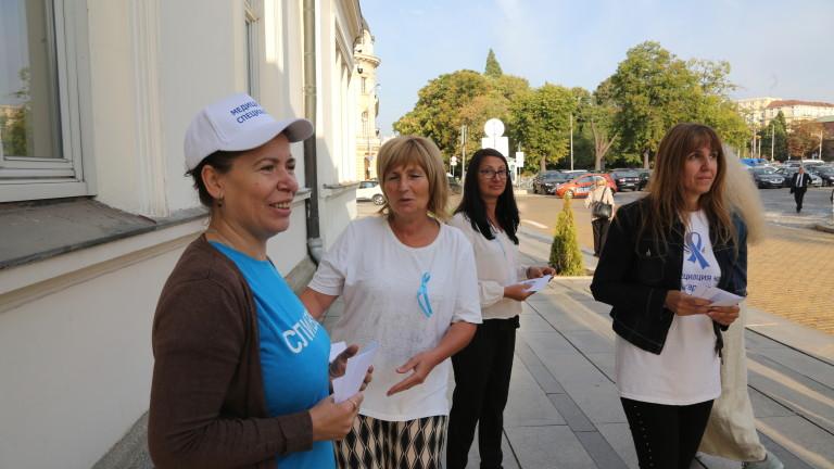 Медицински сестри протестират пред парламента