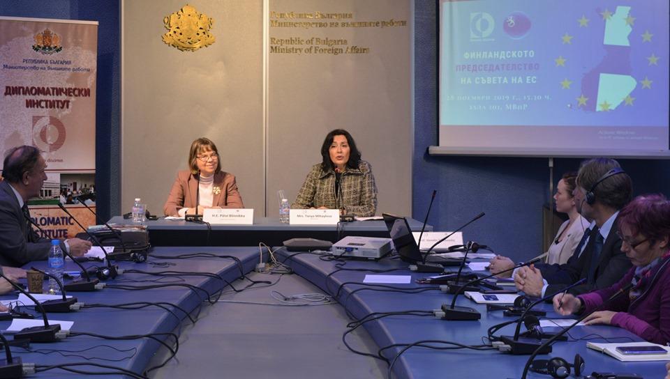 Госпожа Таня Михайлова, директор на Дипломатическия институт към Министерството на външните работи (вдясно), открива  събитието