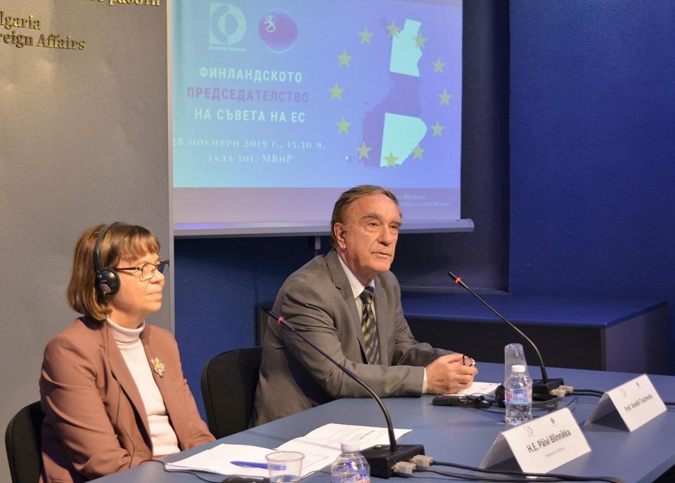 Н. Пр. госпожа Пяйви Блиника, извънреден и пълномощен посланик на Финландия в България (вляво), и проф. Венелин Цачевски (вдясно) направиха основните изказвания на презентацията в Министерството на външните работи на резултатите от финландското председателство на Съвета на ЕС