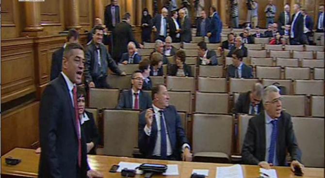 """Парламентът се разпусна """"до поискване"""""""