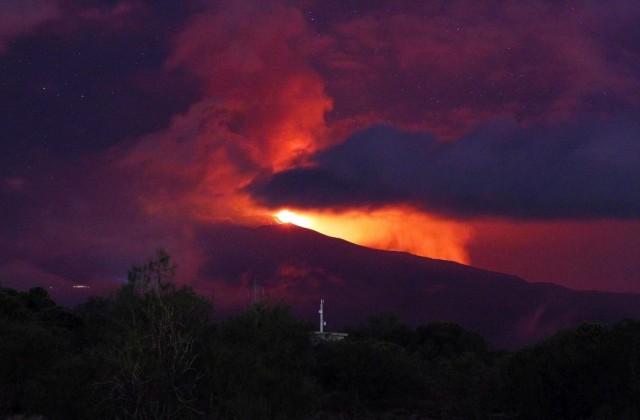 Вулканът Етна в Сицилия изригна, рани журналисти