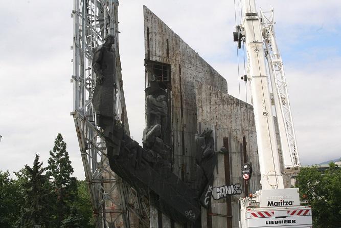 Започна демонтажът на паметника пред НДК