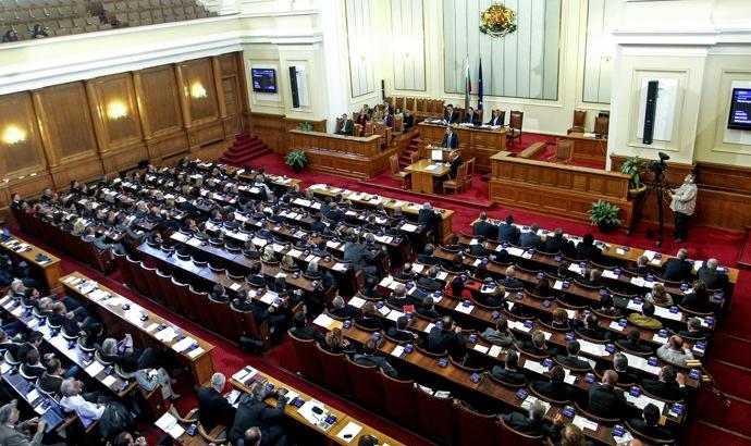 Парламентът свиква извънредно заседание във вторник заради вота