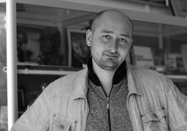 Руски журналист, критик на Кремъл, застрелян в дома си