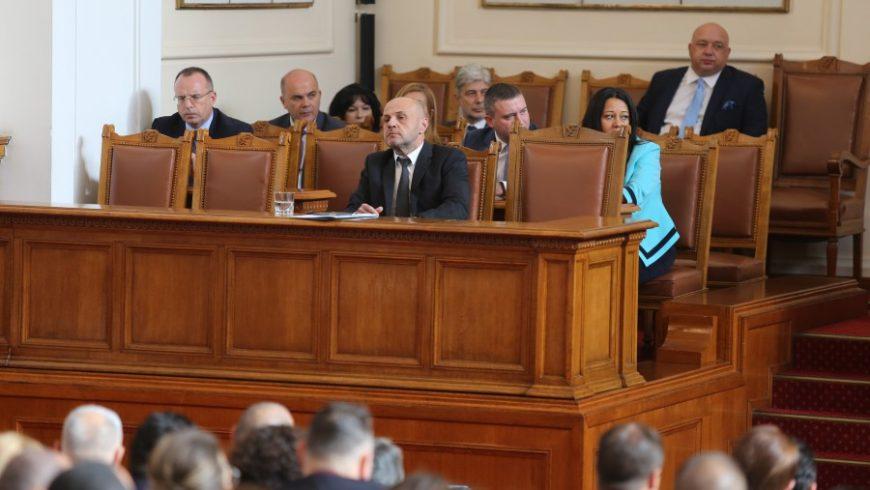 Парламентът смени тримата министри
