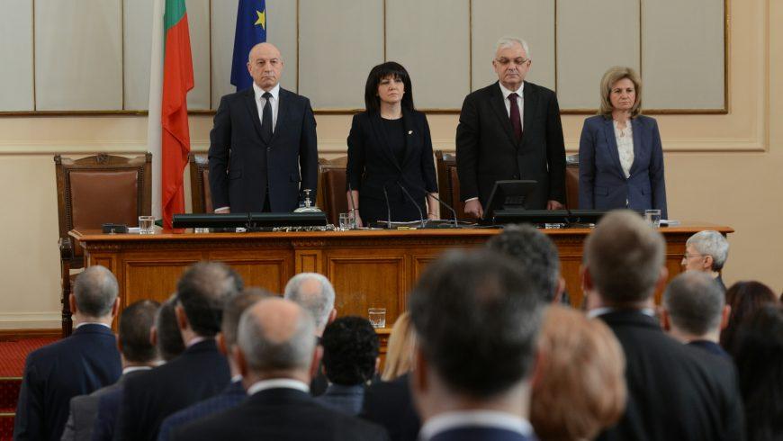 С хвалби и взаимни упреци депутатите възобновиха работата си