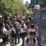 Протестиращи за БНР в жива верига си предават транзистор до Кулата
