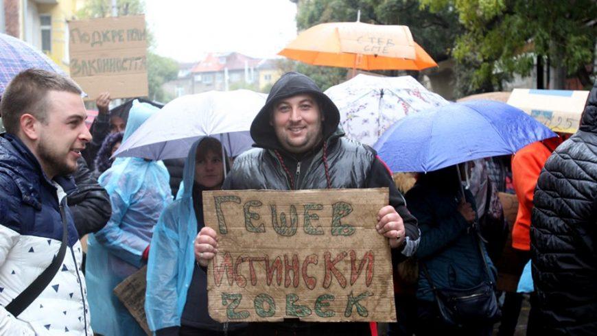 """Полиция с кучета охранява протестите """"за"""" и """"против"""" избора на Гешев"""