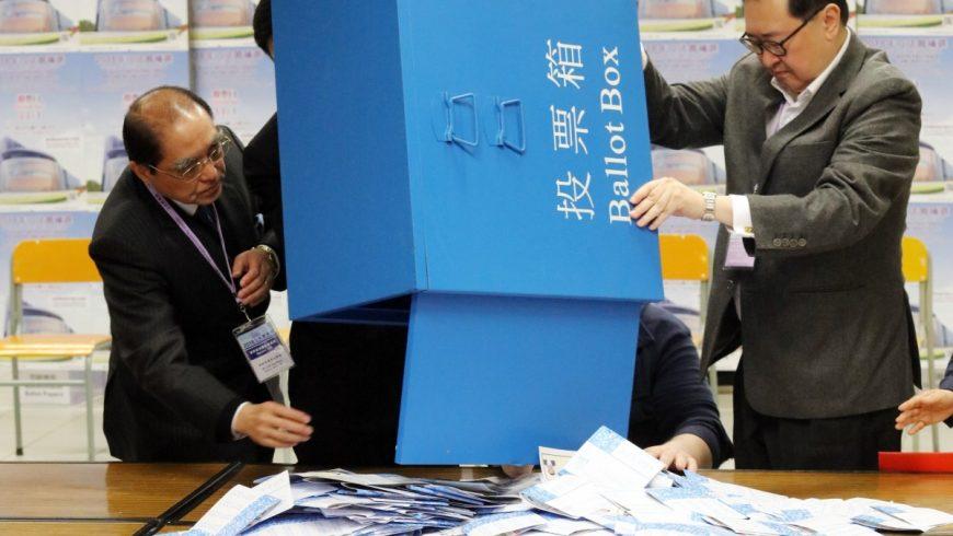 Опозицията спечели изборите в Хонконг
